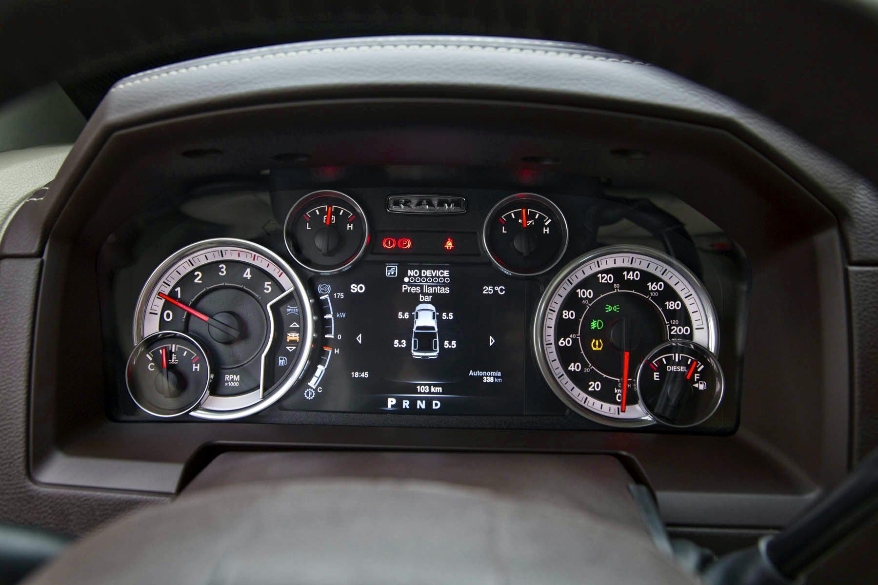 Volante aquecido multifuncional com controle eletrônico de velocidade, de áudio e computador de bordo.